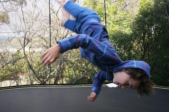 chlapec, skok, trampolina