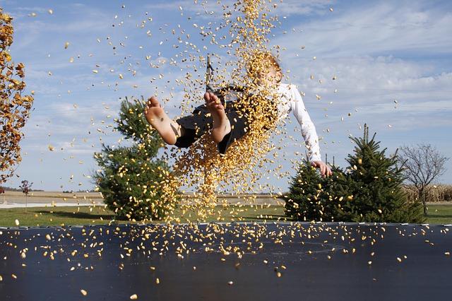 chlapec, skok, kukuřice