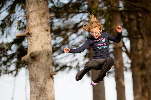 strom, děvče, skok