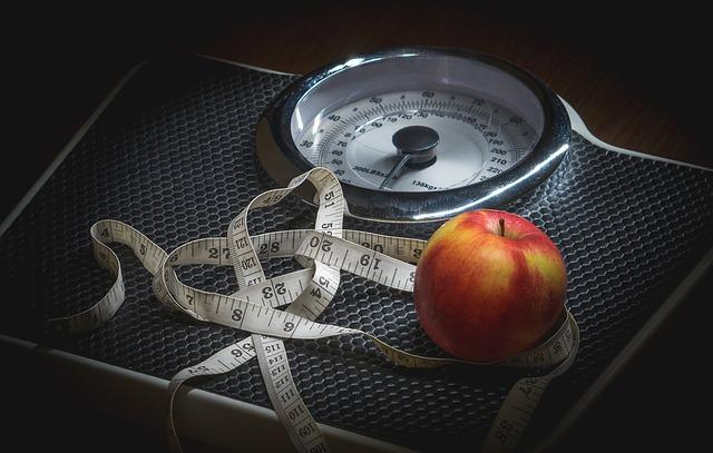 váha, metr a jablko.jpg