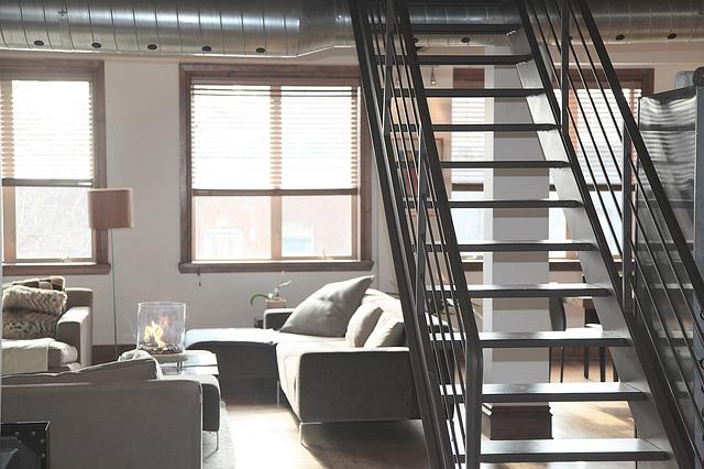 schodiště nad gaučem