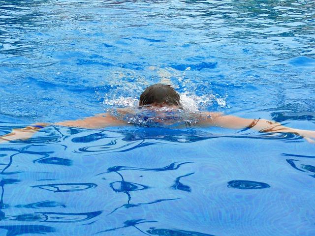plavání v bazénzu.jpg